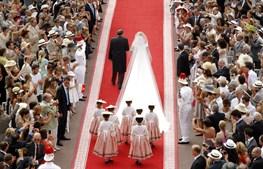 Pela mão do pai, Charlene sobe ao altar.