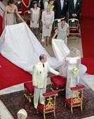 Vestido de Charlene foi desenhado pelo estilista italiano Giorgio Armani.