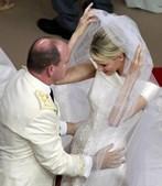 Depois do tão esperado 'sim', Alberto do Mónaco ajuda a tirar o véu à esposa, Charlene.