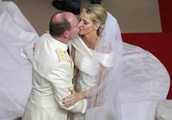 Após o sim, os noivos deram o tradicional beijo.