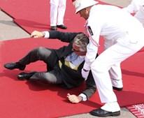 O Príncipe Laurent da Bélgica protagonizou um pequeno incidente, ao cair em plena passadeira vermelha.