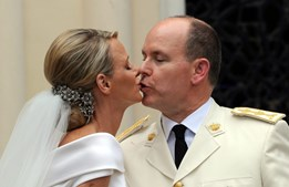 Já como marido e mulher, Alberto e Charlene trocam um beijo que sela o compromisso.