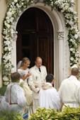 Os noivos deixam a Igreja já como marido e mulher.