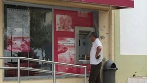 Solitário armado assalta banco