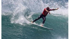 Surf: Tiago Pires segue para terceira ronda no Tahiti