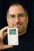 No mesmo ano Steve Jobs provou que a Apple podia ser muito mais do que um fabricante de computadores. Lançou o primeiro iPod, aparelho capaz de juntar em escassos centímetros um milhar de música à disposição do utilizador