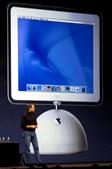 Outra experiência com pouco sucesso foi a nova geração de iMac com base semi-oval
