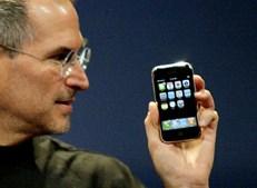 Janeiro de 2007 marcou a transformação da Apple e da forma como milhões de pessoas vivem. O iPhone tornou-se sinónimo de 'smartphone', combinando telemóvel e aparelho para ouvir música, tirar fotografias e navegar na Internet