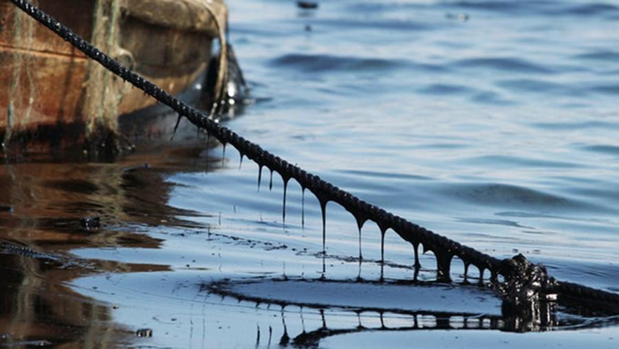 Mancha de petróleo de cerca de nove quilómetros de comprimento