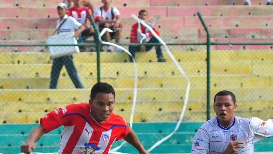 Carlos Bacca, de 25 anos (com a bola, na foto), brilhou na época passada, com 18 golos