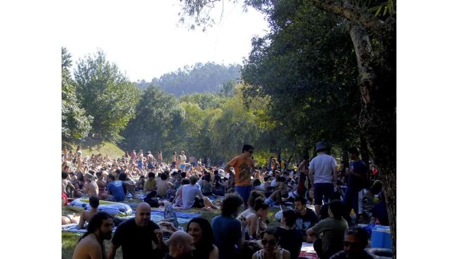 Antes dos concertos em palco, milhares aproveitaram ontem para tomar banho e apanhar sol em dia de muito calor