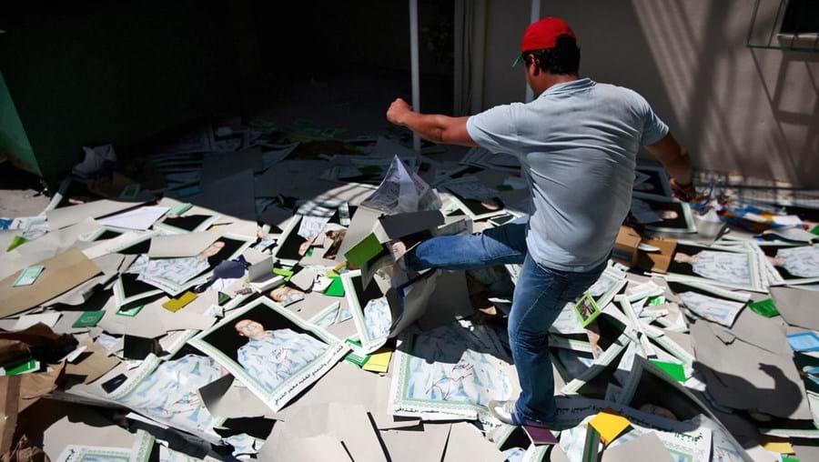 Por toda a cidade, populares destruíram símbolos do regime