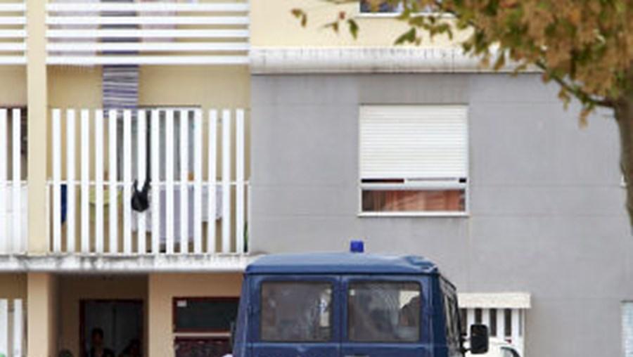 Agentes da PSP foram ontem à tarde buscar homem que atirou contra um agente da polícia