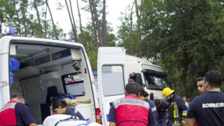 O trânsito no IC2 esteve cortado nos dois sentidos quase duas horas para ser prestado socorro às vítimas do violento acidente
