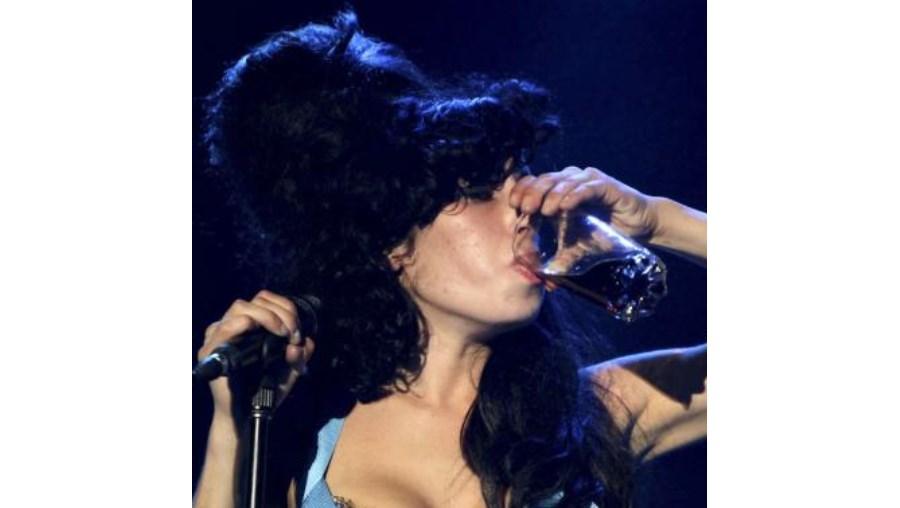 Segundo o pai de Amy Winehouse, a cantora estava livre das drogas há três anos, mas nunca se tinha libertado do vício do álcool