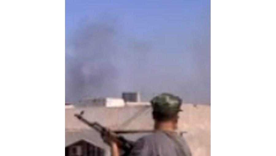 Centenas de elementos das forças rebeldes lançaram um assalto à residência do dirigente líbio, dois dias após terem entrado na capital líbia