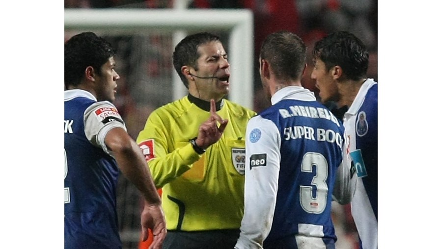 A pressão dentro das quatro linhas é uma tradição portista tolerada pelos árbitros