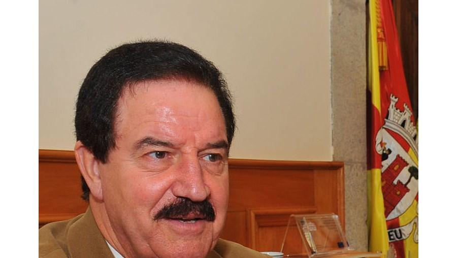 """Presidente da Associação de Municípios, Fernando Ruas, diz que o livro custa uma """"pipa de massa"""""""