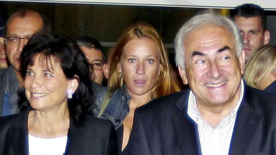 Strauss-Kahn e a mulher, Anne Sinclair, chegaram sorridentes