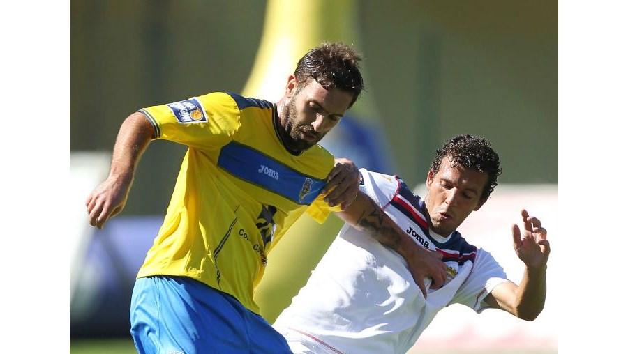 Hugo Monteiro (à esq.), do Arouca, esconde a bola de Luís Dias