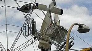 Austrália: Avião colide com roda-gigante