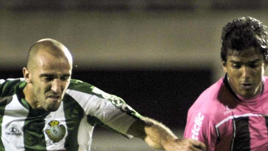 O sadino Bruno Amaro (esq.) em disputa com Wires, do Rio Ave