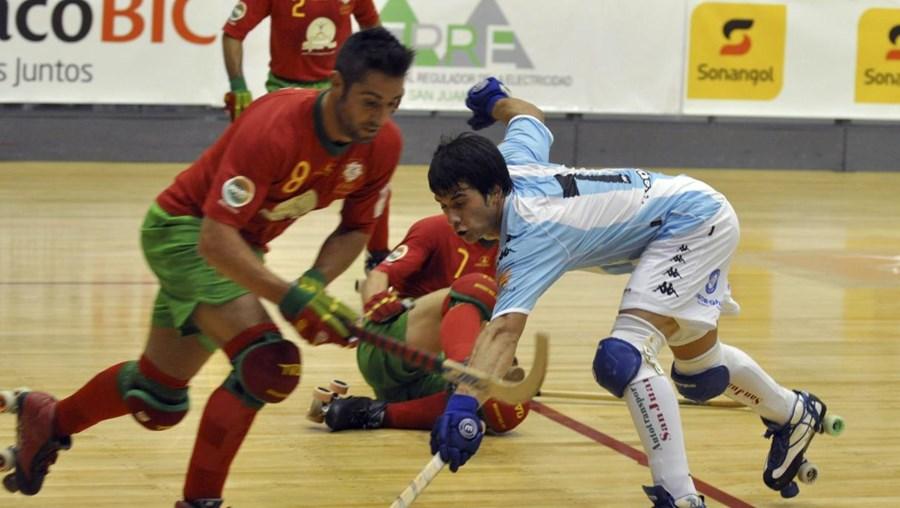 Ricardo Oliveira numa disputa com o jogador argentino Pablo Alvarez