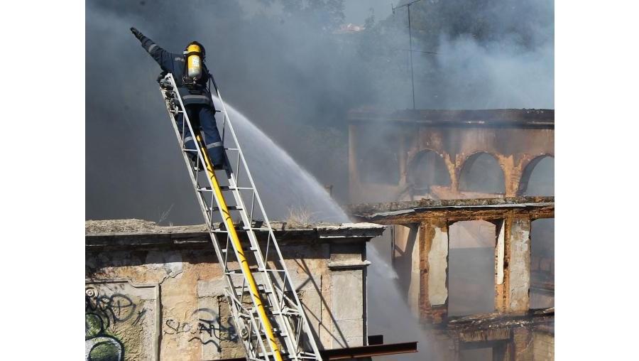 Bombeiros prepararam moradores de prédios contíguos para risco de chamas atingirem habitações