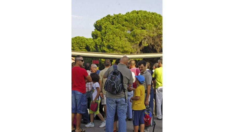 Crianças saem da Base Naval do Alfeite pelo portão por onde circulam veículos