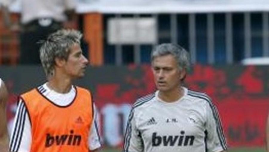 Mourinho e Coentrão em conversa animada