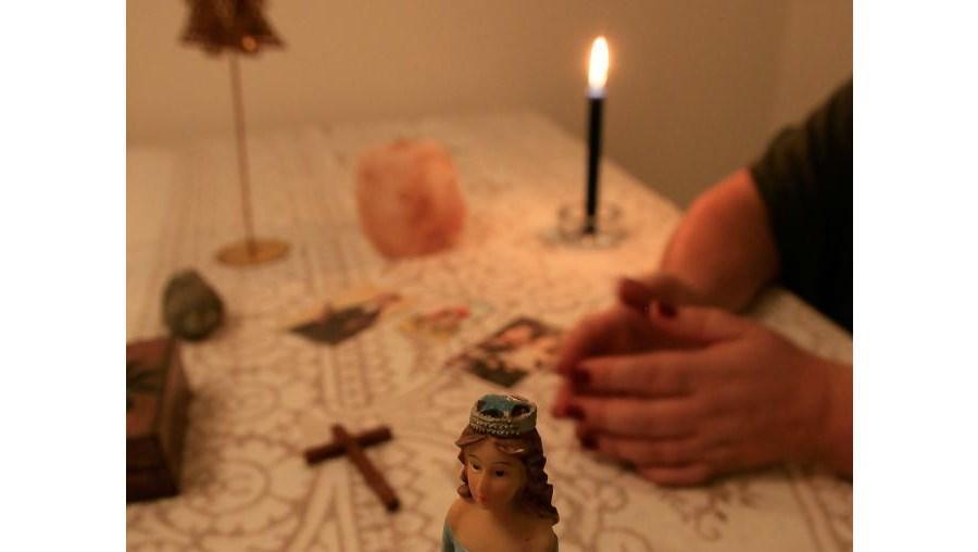 Ana, 50 anos, médium, Usa artefactos. Não é a regra nos espíritas