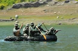 Anfíbios. Exercício num rio da região de Lamego, onde funciona o Centro de Instrução de Tropas Especiais