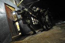 Resgate. Os militares treinam o resgate de um refém