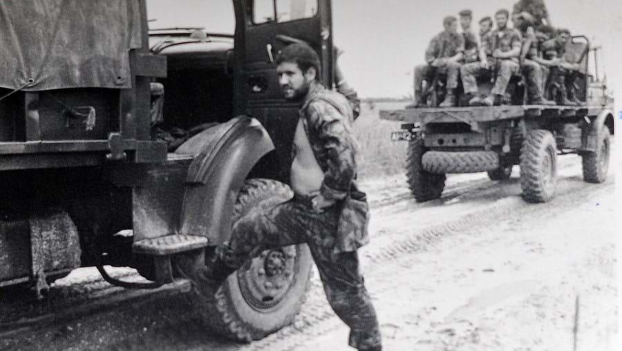Leitão Rodrigues aguarda que seja restabelecida a circulação na estrada, depois de se ter virado uma das viaturas, para regressarem de uma missão