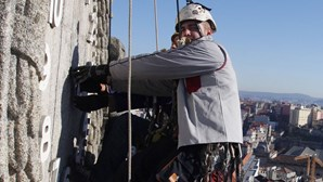 Alpinista conserta relógio