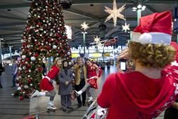 No aeroporto de Amesterdão, as 'mães Natais' de patins seduziram quem passou