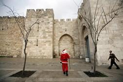 Na Palestina, um homem vestiu-se de Pai Natal para celebrar o espírito da época