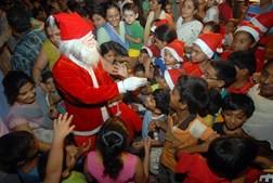 Pai Natal entrega presentes em mais uma acção feita a pensar nas crianças