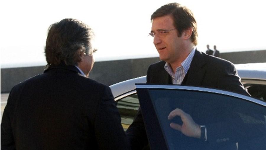 O ministro da Defesa, José Aguiar Branco, recebe o Primeiro-Ministro, Pedro Passos Coelho, momentos antes da reunião do Conselho de Ministros realizada este domingo forte de São Julião, em Oeiras