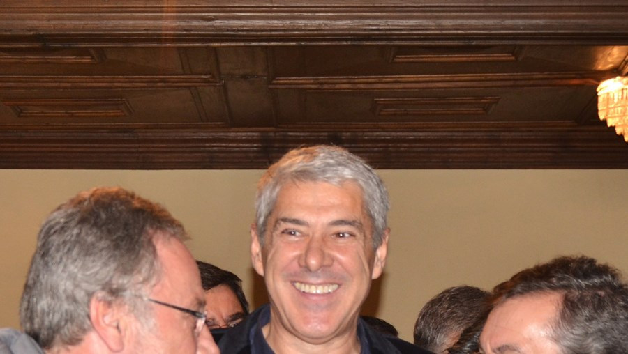 Sócrates encontrou-se ontem, em Alijó, com amigos, como por exemplo Renato Sampaio (à esq)