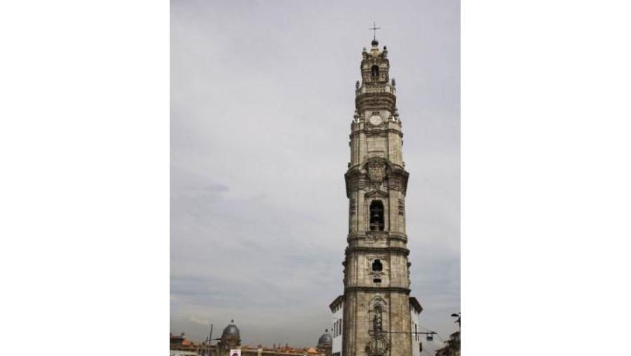 A colisão de uma gaivota com o relógio instalado numa das faces da torre terá causado a anomalia