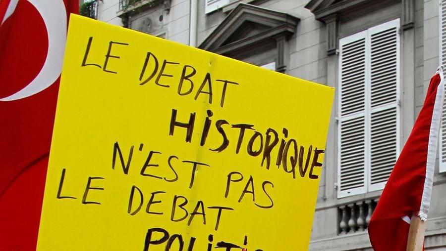 Imigrantes turcos manifestaram-se junto ao Parlamento francês