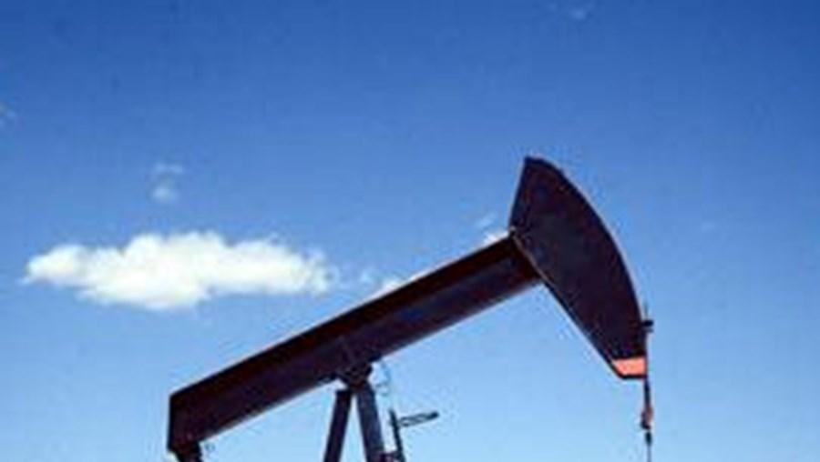 Petróleo abre a a descer