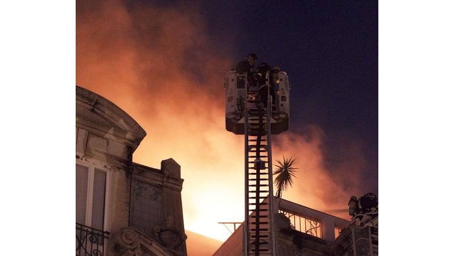 Bombeiros evitaram que o fogo se propagasse a outros prédios
