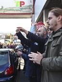 Trabalhadores estiveram frente à entrada do edifício da companhia área em protesto contra os cortes salariais e a suspensão dos subsídios de férias e Natal