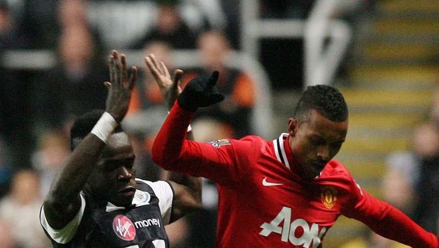 Cheick Tioté disputa a bola com o português Nani
