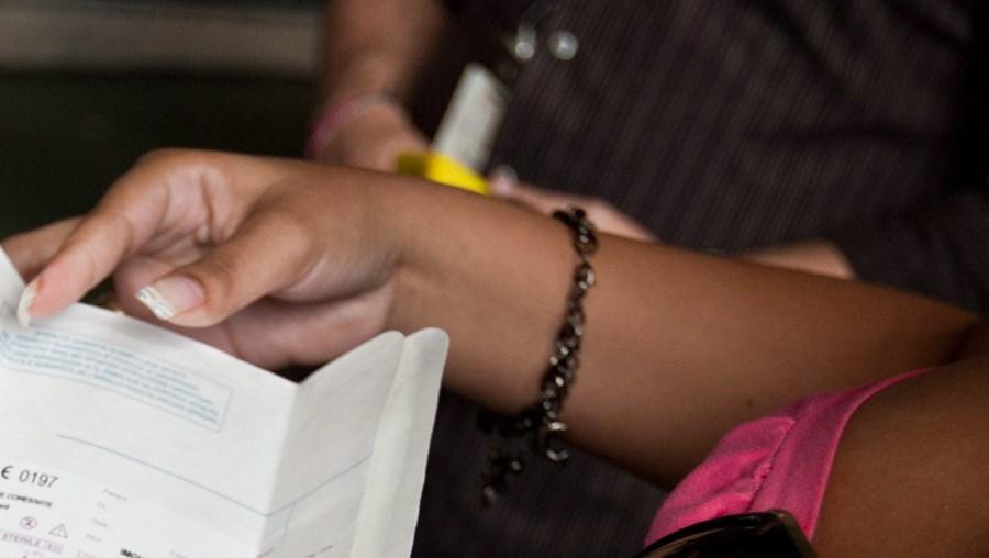 Várias venezuelanas têm explicado aos jornalistas que nos últimos meses tiveram de submeter-se a cirurgias para extrair implantes mamários colocados há vários anos