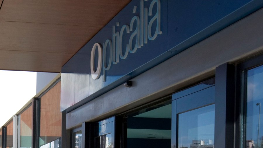 Para entrarem, rebentaram com vidro da porta da Opticália com uma marreta