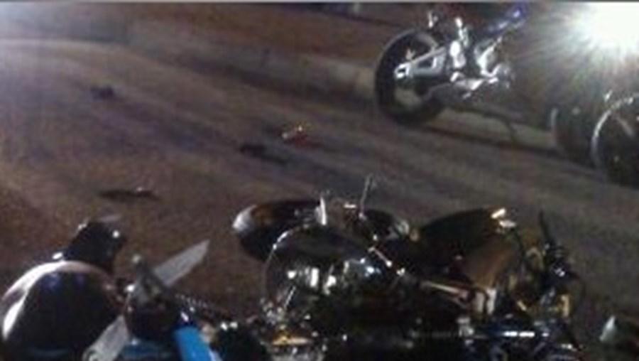 Choque reduziu as motocicletas a uma amálgama de destroços