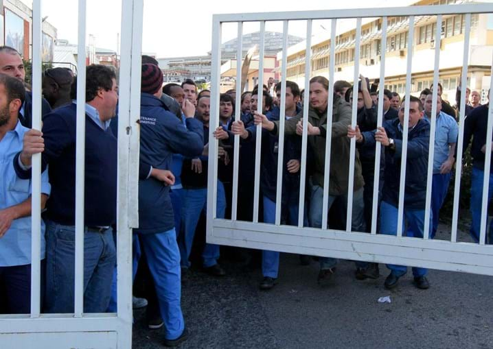 Trabalhadores brindaram com vaias quem tentou entrar ou sair pelos portões